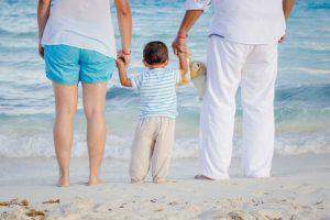 Eltern mit Kleinkind am Strand